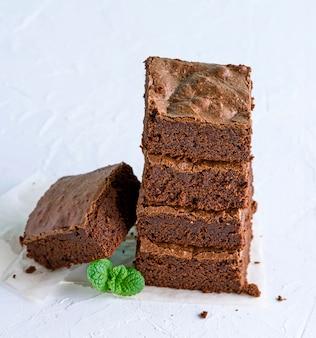Pezzi quadrati di brownies al forno accatastati in un mucchio