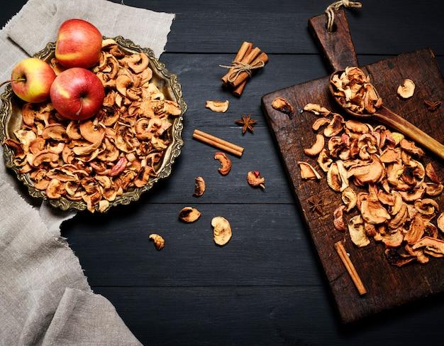 Pezzi secchi di mele in un piatto di ferro
