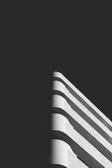 Pezzo astratto di arte architettonica in un'ombra