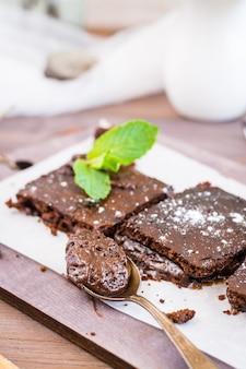 Pezzo di brownies al cioccolato fatti in casa in un cucchiaio
