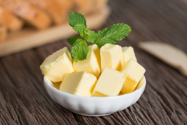 Pezzo di burro in una ciotola bianca.