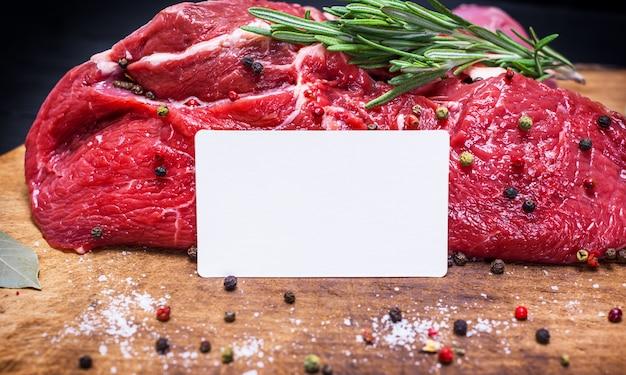 Pezzo di carne di manzo fresco crudo