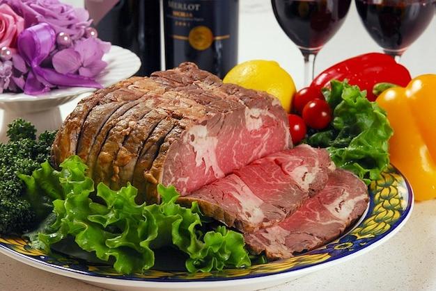 Pezzo di carne di manzo verdure limone grumo roast