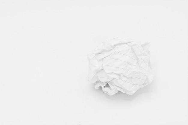 Pezzo di carta avvitato isolato su fondo bianco