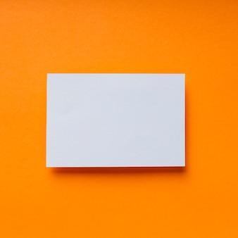 Pezzo di carta bianca trasparente