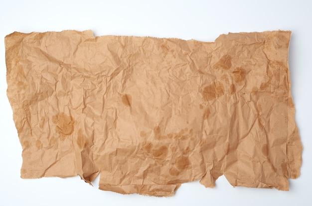 Pezzo di carta marrone sgualcito strappato con macchie di grasso
