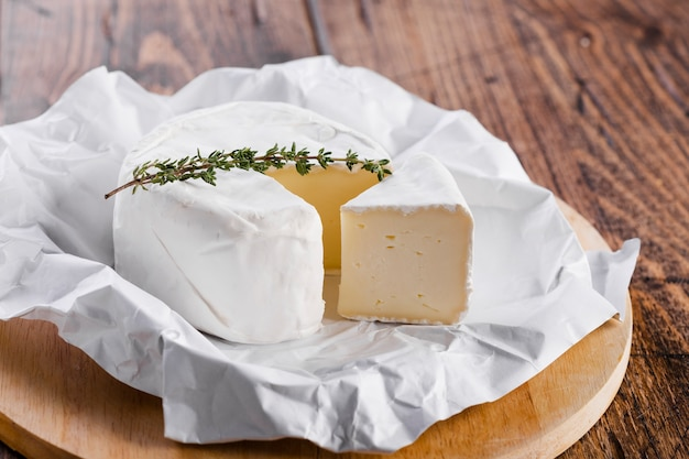 Pezzo di formaggio ad alta vista con coltello