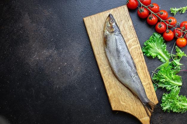 Pezzo di insalata di aringhe fetta cipolla spuntino frutti di mare pesce