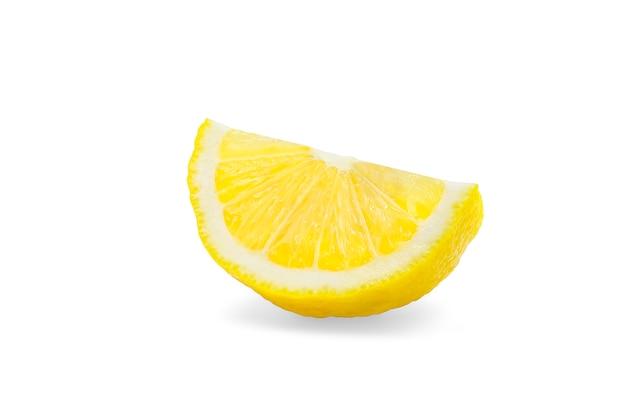 Pezzo di limone organico su bianco isolato con il percorso di ritaglio.