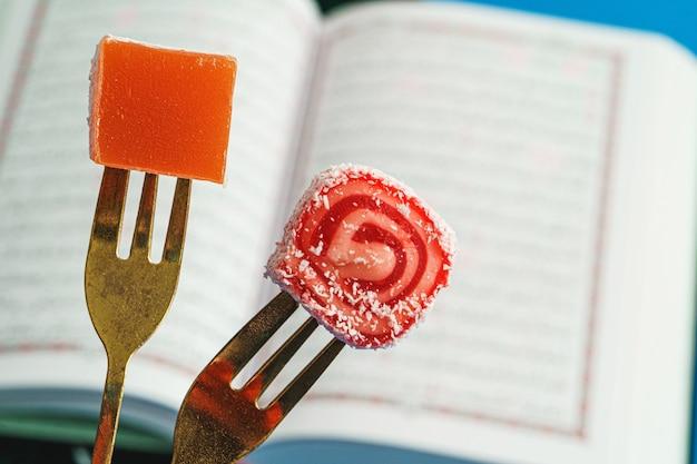 Pezzo di lokum delizia turca tritato su una forchetta da dessert