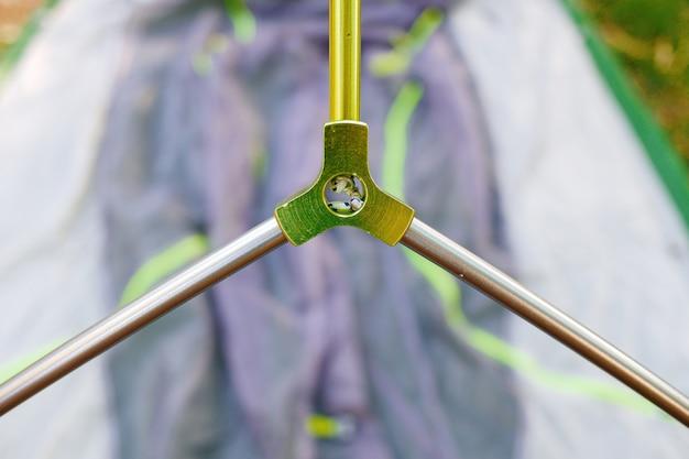 Pezzo di metallo per unire tre barre di alluminio in un unico incrocio.