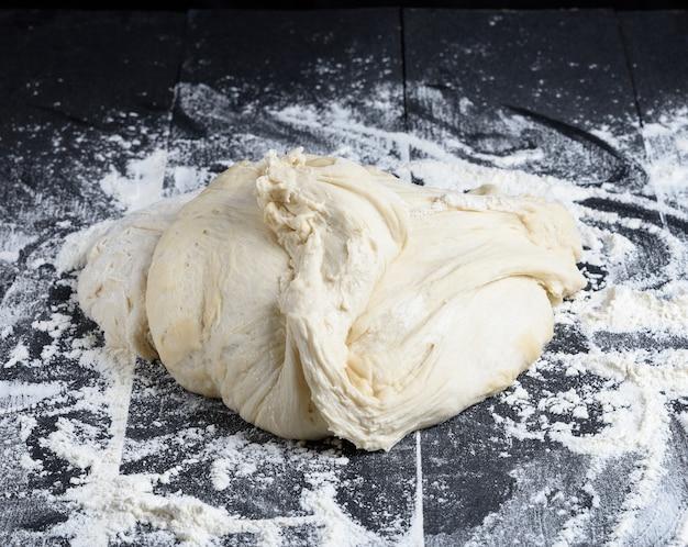 Pezzo di pasta di farina di grano bianco