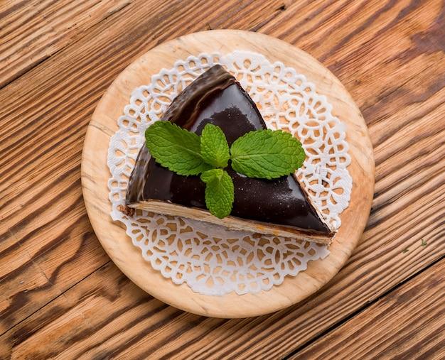 Pezzo di torta al cioccolato con caramello