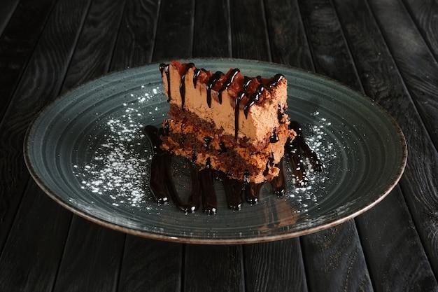 Pezzo di torta al cioccolato gonfio e soufflé