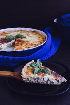 Pezzo di torta francese quiche lorraine