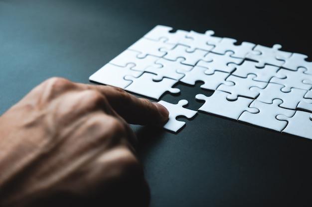 Pezzo mancante del puzzle, concetto di affari per completare il pezzo finale del puzzle