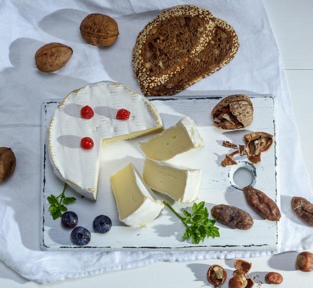 Pezzo rotondo di formaggio camembert