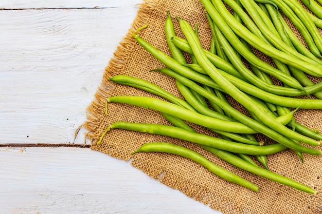 Phaseolus vulgaris, fagiolo verde comune o fagiolo su tela di sacco rustica