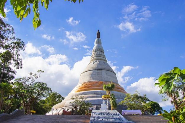 Phra balomma che chedi si phu pha sung (phra that chom pha). tempio della foresta di phupha sung. nakhon ratchasima, tailandia.