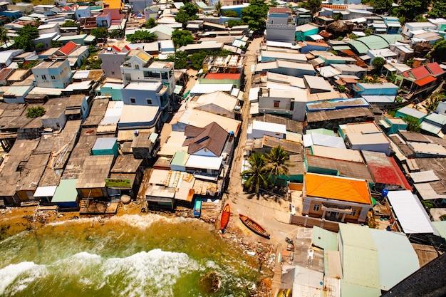 Phu quoc, vietnam. bassifondi in una vista dall'alto del villaggio di pescatori. vista superiore del paesaggio della costa dell'oceano.