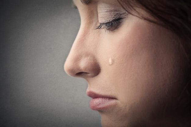 Piangendo donna triste