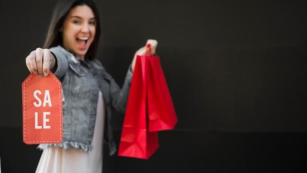 Piangere donna con pacchetti di acquisto e tablet di vendita