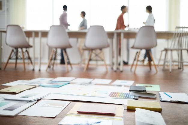 Piani di progetto sul pavimento in ufficio