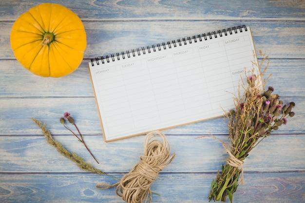 Pianificatore in bianco con le zucche di autunno