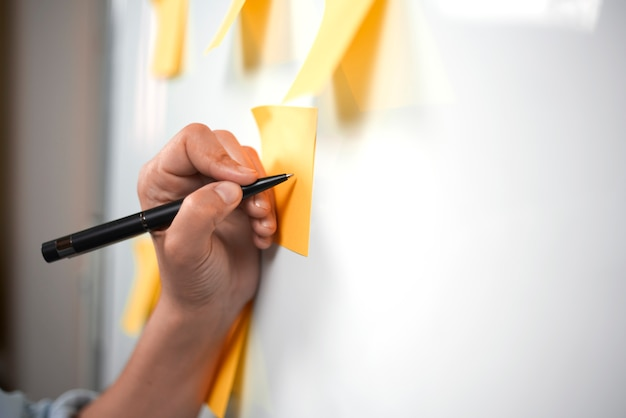 Pianificazione all'avvio. team creativo che lavora sulla strategia