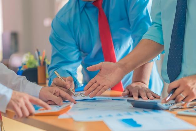 Pianificazione del lavoro aziendale, lavoro di squadra per l'organizzazione di successo. messa a fuoco selettiva e filtro morbido.