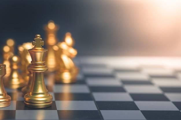 Pianificazione dorata di strategia di scacchi per le idee e concorrenza e strategia, concetto di successo di affari