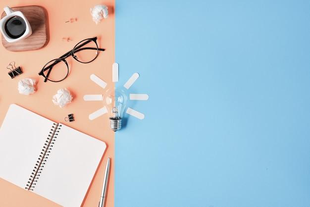 Pianificazione finanziaria brainstorming disordinato tavolo immagine superiore con bordo di clip in bianco, forniture per ufficio, penna, blocco note