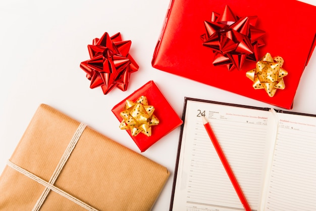 Pianificazione natalizia con regali festivi