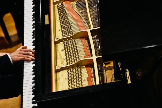 Pianista e pianoforte dall'alto.