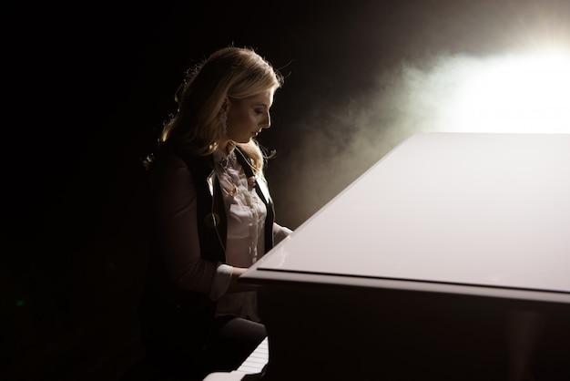 Pianista musicista che suona il pianoforte