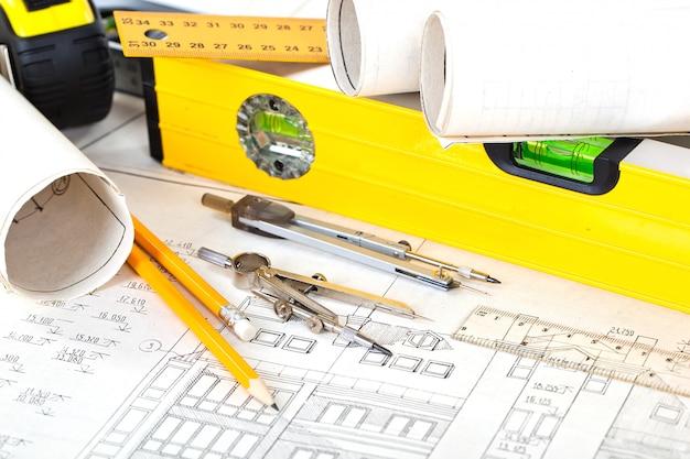 Piano architettonico e oggetti per l'architettura nello spazio belolm sul tavolo
