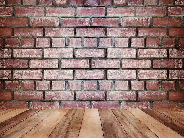 Piano d'appoggio di legno sopra struttura e fondo d'annata del muro di mattoni.