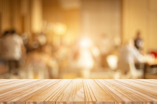 Piano d'appoggio di legno sulla finestra luminosa
