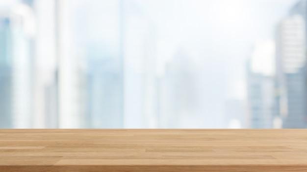 Piano d'appoggio di legno vuoto e fondo della costruzione della parete della finestra di vetro della sfuocatura con il filtro d'annata.