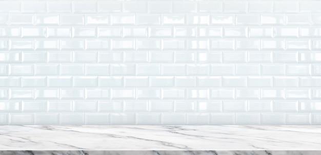 Piano d'appoggio di marmo bianco vuoto con il fondo bianco della parete della piastrella di ceramica