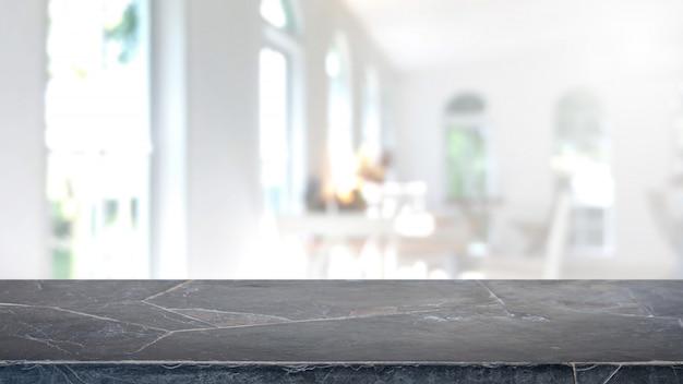 Piano d'appoggio di pietra di marmo nero vuoto e fondo vago dell'interno della caffetteria e del ristorante.