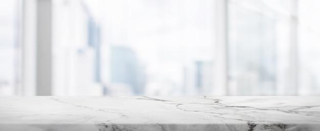 Piano d'appoggio di pietra e fondo della bandiera della costruzione della parete della finestra di vetro della sfuocatura con il filtro d'annata - può usato per esposizione o il montaggio i vostri prodotti.