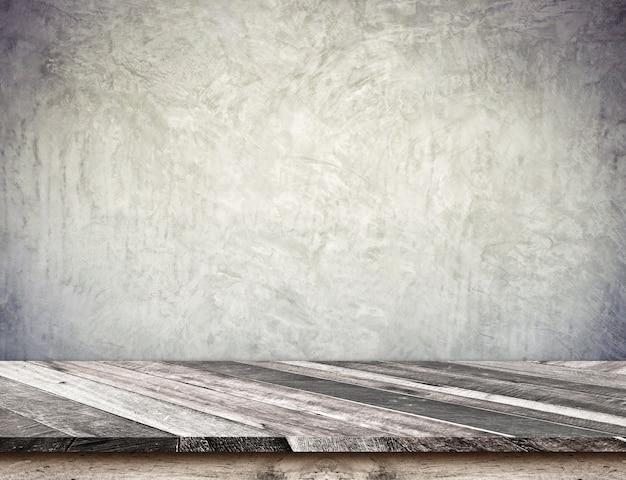 Piano d'appoggio diagonale di legno vuoto della plancia con il muro di cemento di lerciume