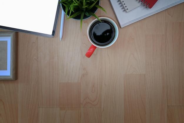 Piano di lavoro e copia spazio sul tavolo dell'ufficio