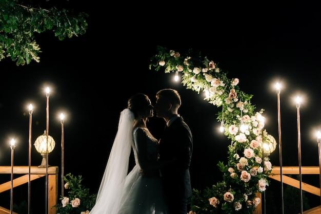 Piano generale di crescita. gli sposi del matrimonio vedono un bellissimo saluto nel cielo.
