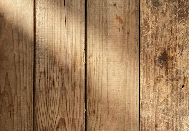 Piano in legno rustico con raggio di luce
