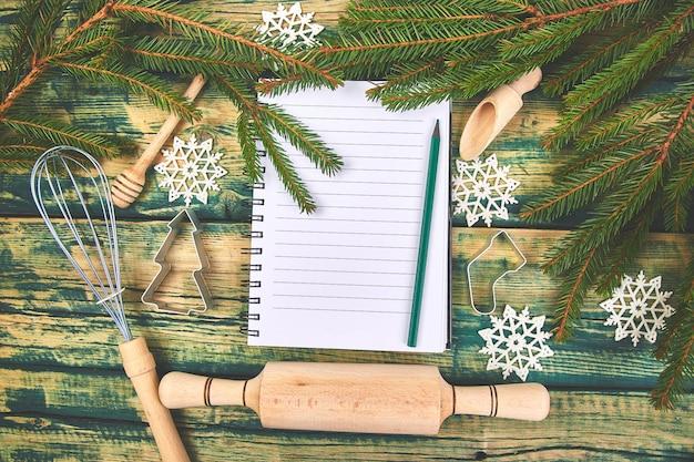 Piano o ricetta del menu di natale su di legno rustico verde