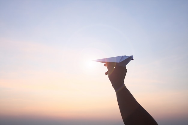 Piano pieghevole di carta mobile alza il cielo del mattino.