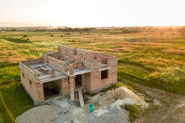Piano seminterrato in mattoni e pile di mattoni per l'edilizia
