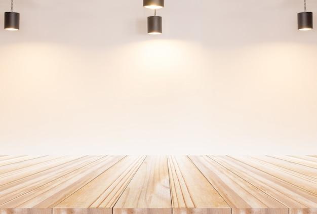 Piano tavolo in legno con muro di mattoni e lampadina